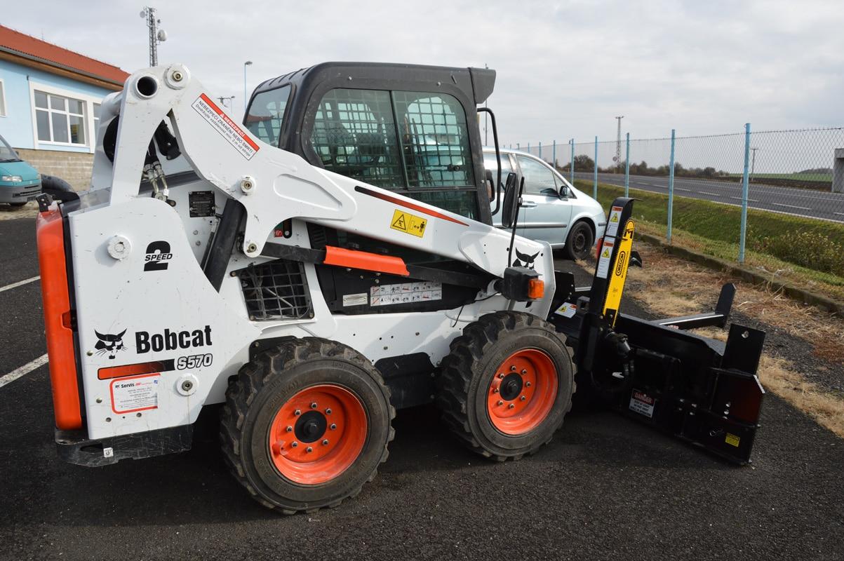 Nástavec na zpracování palivového dřeva na stroji Bobcat